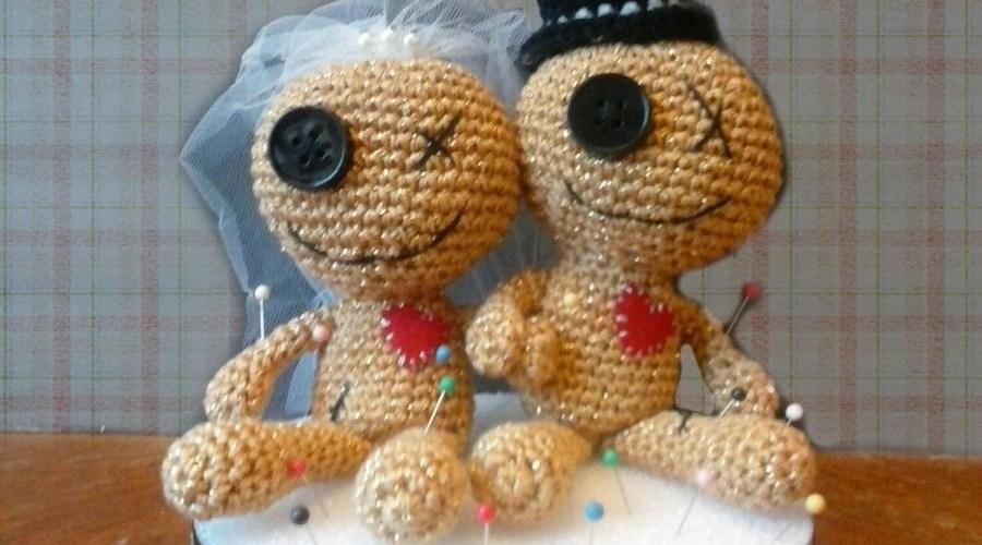 женщина вязала куклы, чтобы молчать