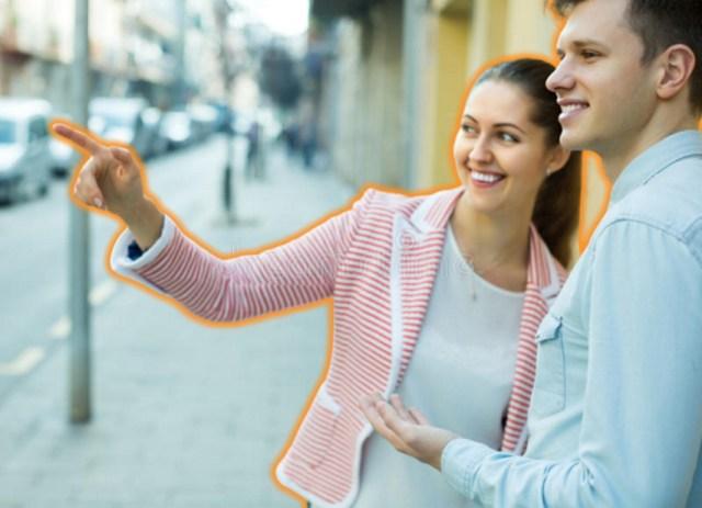женщина указывает направление мужчине