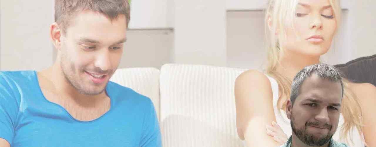 жена подсматривает в телефон мужа