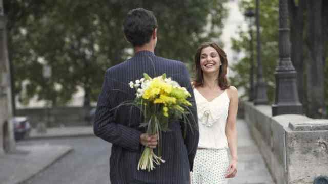 дарит цветы мужчина фото