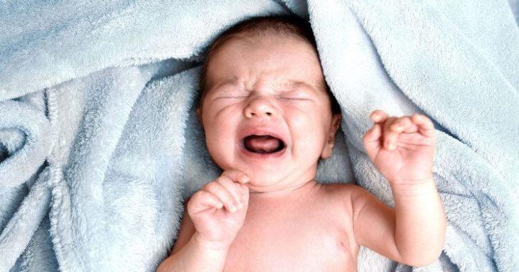 bebelus care plange, bebe in vis,