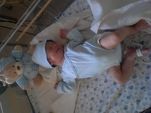 Ionut, bebe la incubator, bebelus, baiat