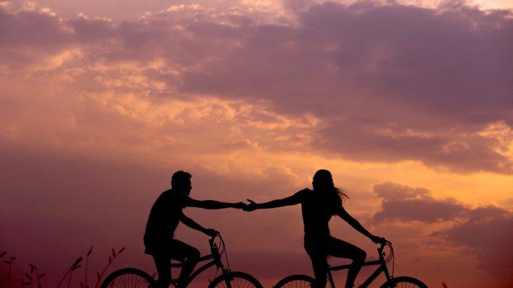 barbat si femeie pe bicicleta, reltie la distanta