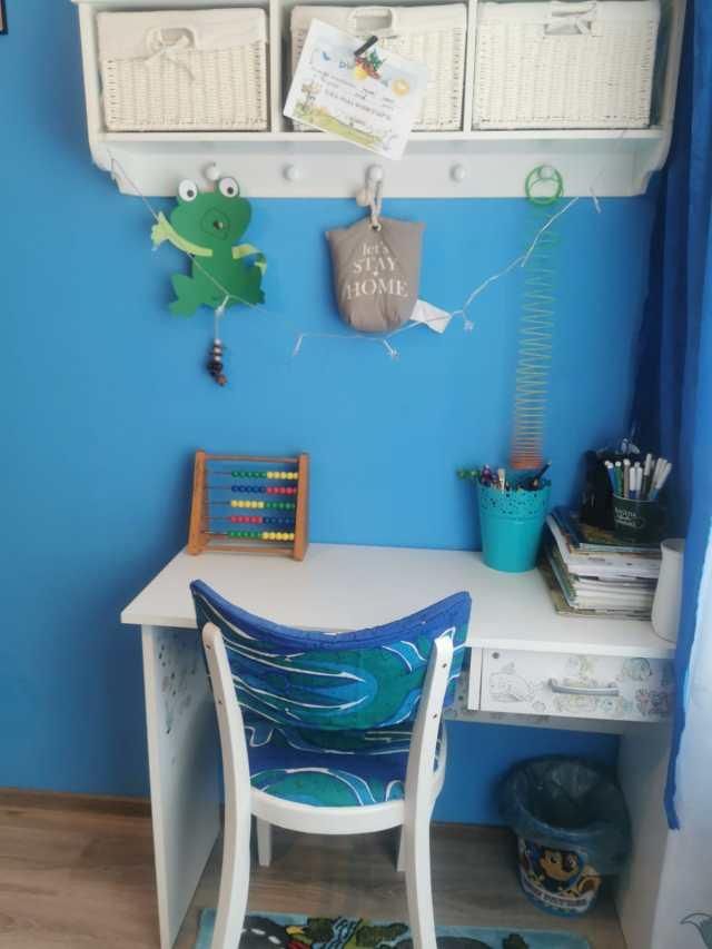 reconditionare mobila, scaun tapitat, camera copilului, birou copil, albastru, mobila alba,