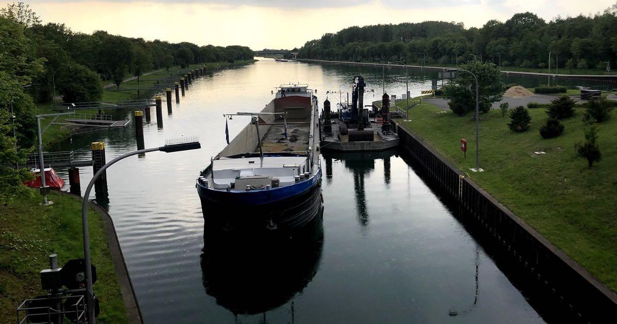 Binnenschiff auf dem Wesel-Datteln-Kanal an der Schleuse in Dorsten