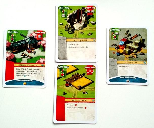 Po bokach dwie karty frakcyjne, w środku dwie karty z talii wspólnej.