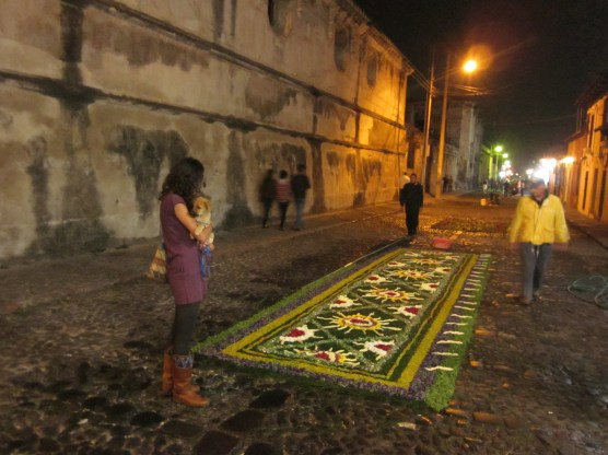 Alfombra made of pine needles and flowers.