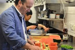 Carmelo Greco vertieft in seiner Arbeit.