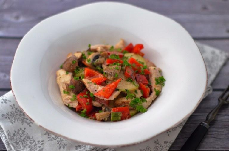 Gebratenes Gemüse mit Hähnchenbrust