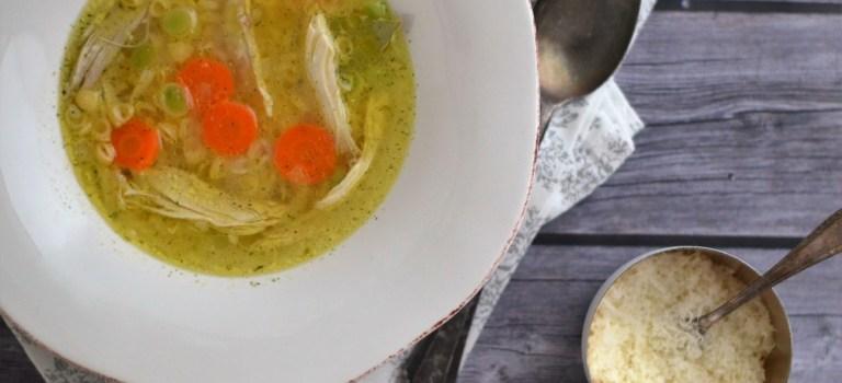 Kochen im Schnellkochtopf: Hühnersuppe mit Pasta & Parmesan