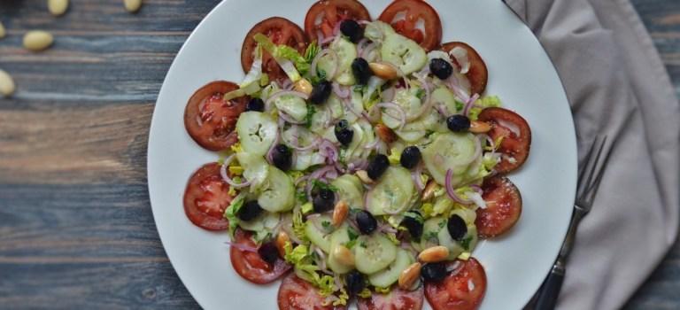 Für jeden Tag: Tomaten-Gurken-Salat mit Mandeln und Oliven