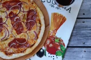 Pizzateig und Sauce