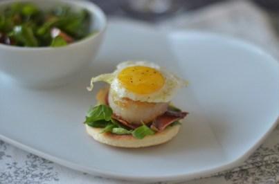 Strammer Max Deluxe mit Tomaten-Rucola-Salat & Westfälischer Quark mit Schattenmorellen