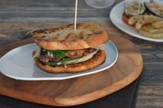 Mein Club Sandwich mit Entrecôte-Streifen & mediterranem Grillgemüse