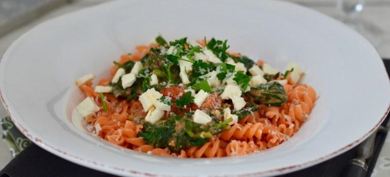 Für jeden Tag: Nudeln aus roten Linsen in Spinat-Feta-Sauce