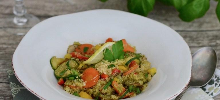 Pesto mal anders: Lauwarmer Quinoa-Salat mit buntem Gemüse