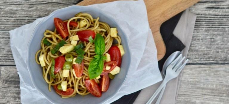 Für jeden Tag: leichter Spaghetti-Salat mit Tomaten & Mozzarella