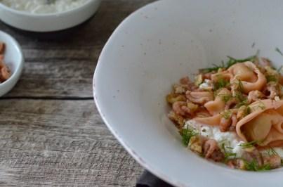 Tortelloni gefüllt mit geräucherter Forelle auf Frischkäsebett