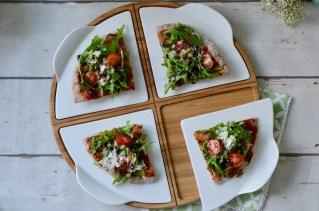 Pizza vom Grill mit Rucola, Tomaten & Parmesan