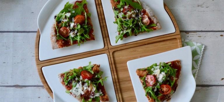 Pizza vom Grill belegt mit Rucola, Tomaten & Parmesan