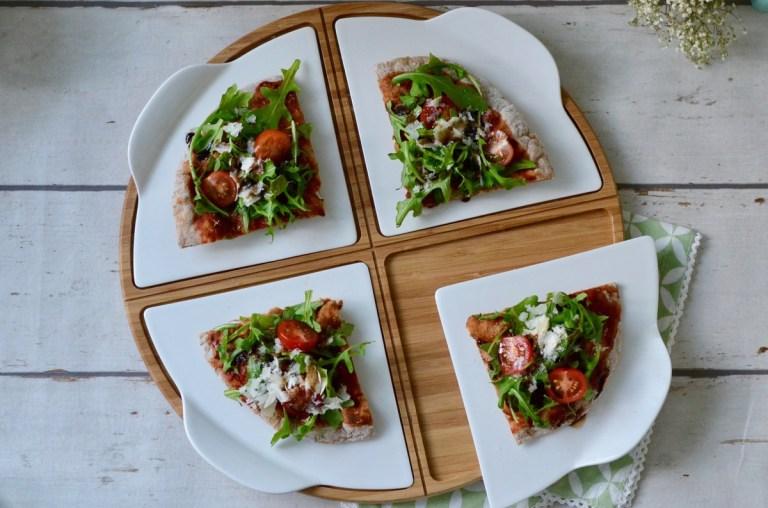 Pfannen-Pizza mit Rucola, Tomaten & Parmesan