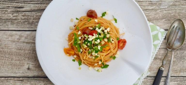 Pasta mit bunten Tomaten & Mozzarella-Apfel-Topping