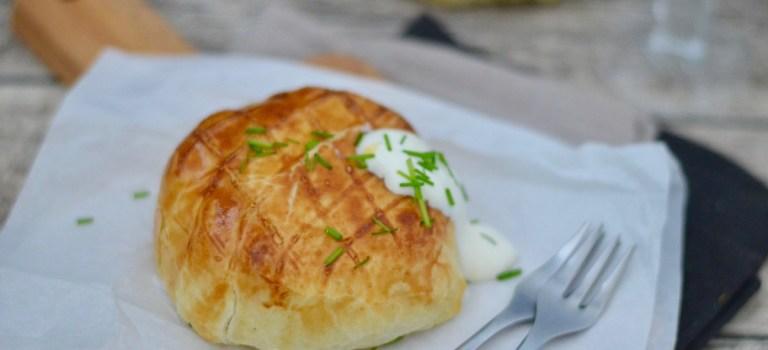 Camembert im Blätterteigmantel mit Joghurt-Schnittlauch-Dip