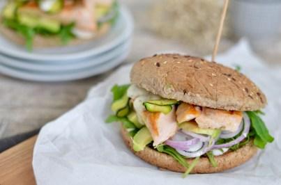 Happy Food: Lachsburger im Vollkorn-Bun mit Avocado & Zucchini