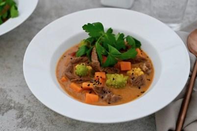 Süßkartoffel-Curry-Eintopf mit Entrecôte