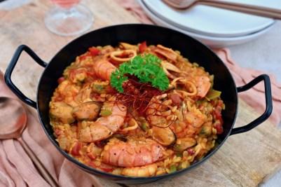 Paella mit Pasta, Meeresfrüchten & Speck