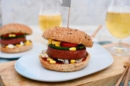 Für jeden Tag: Veganer Burger im Vollkorn-Bun mit Mais & Zucchini