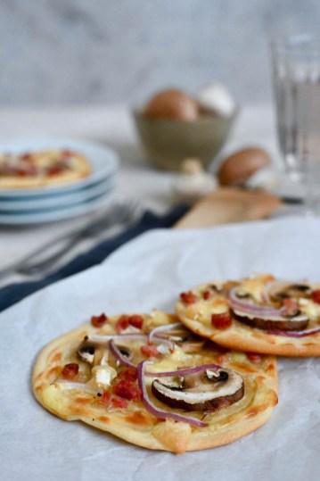 Soulfood: Mini-Flammkuchen mit Champignons, Camembert & Speck