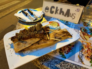 The medium-sized Souvlaki consists of 5 meat sticks