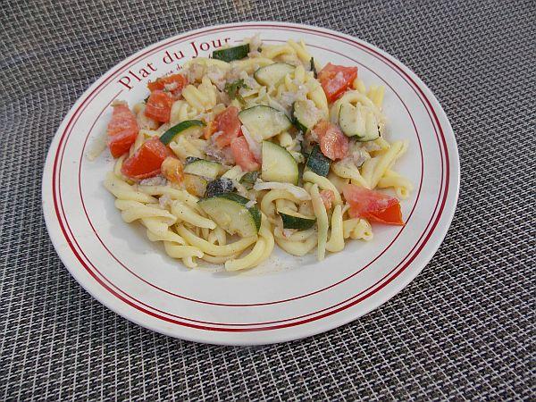 makaron z rybą i warzywami