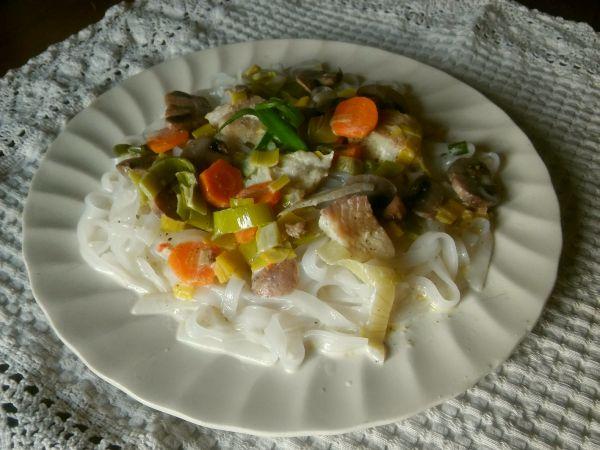 makaron ryzowy z ryba i warzywami