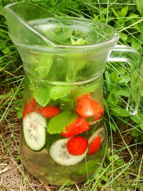 woda ziołowa z truskawkami i ogórkiem