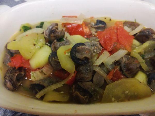 ślimaki z warzywami w białym winie