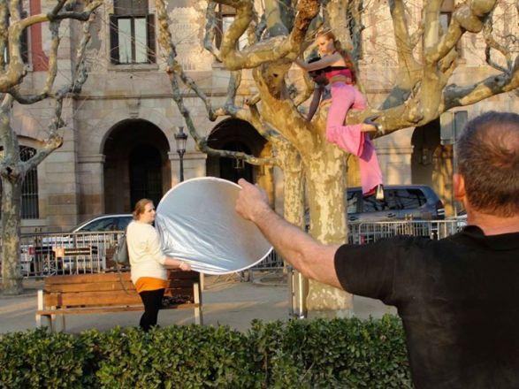Hier hang ik in een boom tijdens een shoot. Het was net HNTM.