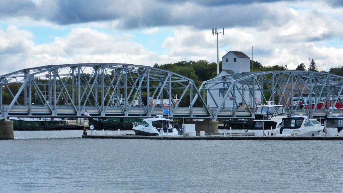 door-county_sturgeon-bay-bridge