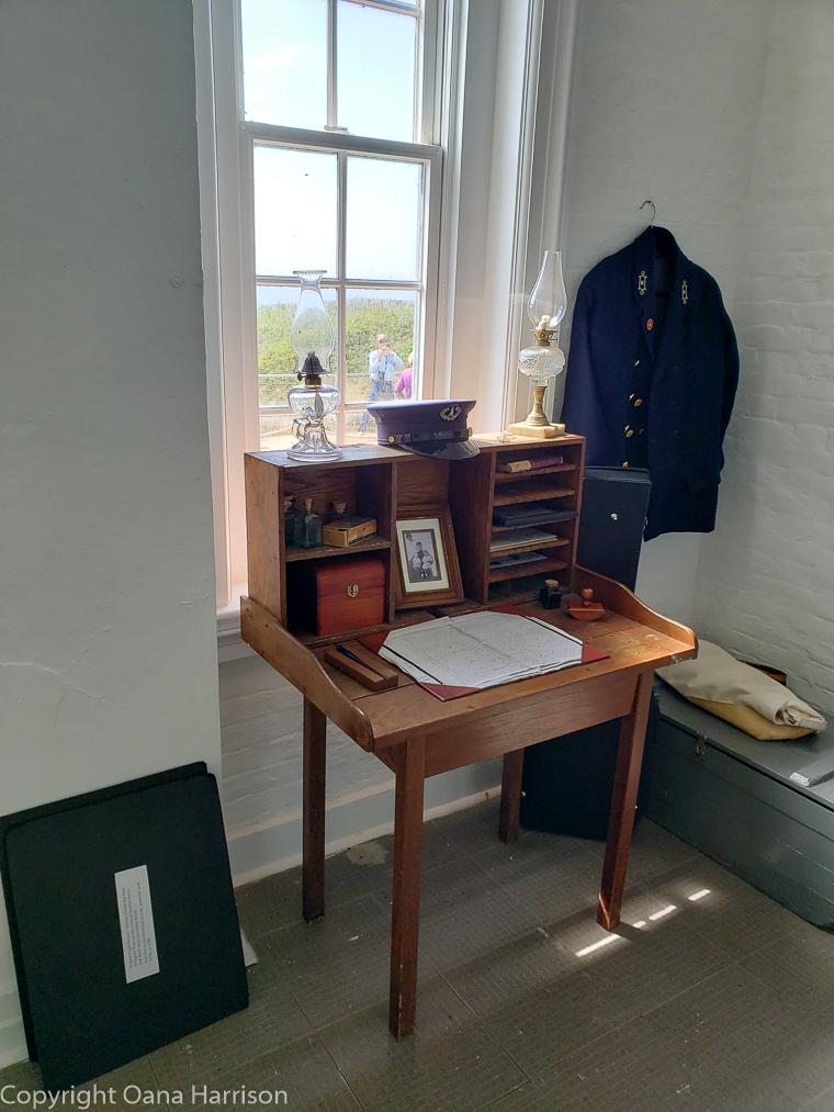 Yaquina-Head-Lighthouse-OR-log-desk