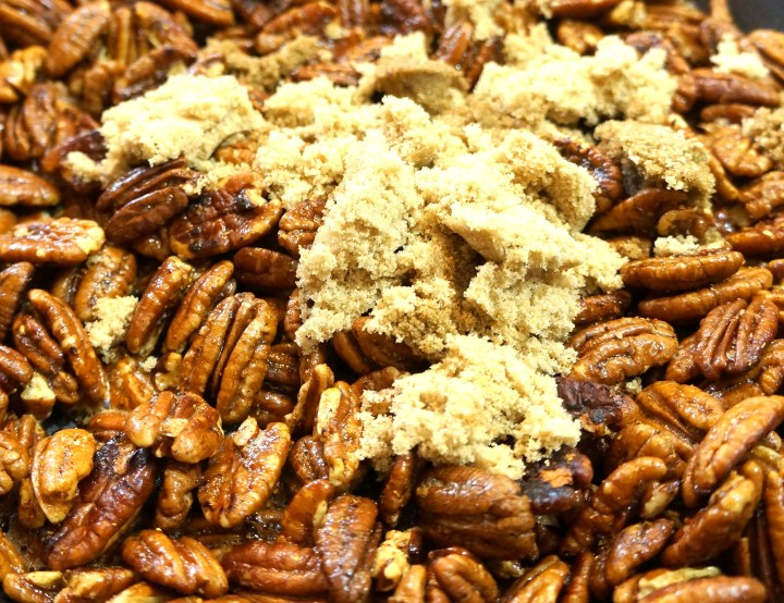 Crumble the sugar over the pecans and add the water while stirring continuously.