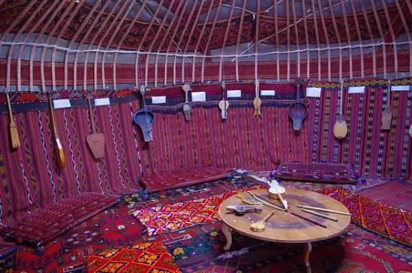 yurt-interior-600x398