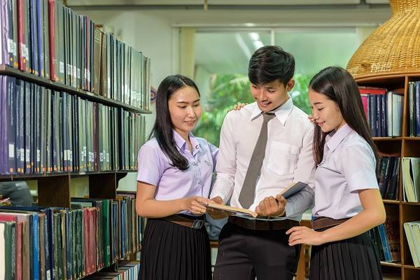 graduate-diploma-in-human-resource-management-ara-students-discussing-in-library-optimized-f