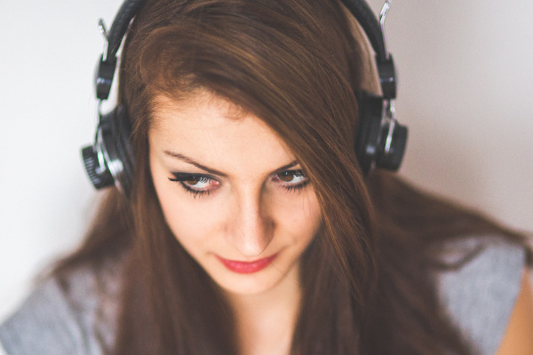bachelor-of-broadcasting-communications-ara-a-girl-student-listening-with-headphones-resized