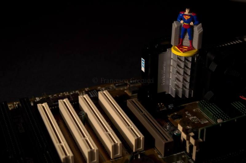 Superman su una scheda madre