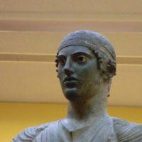 デルフィ博物館馭者の像