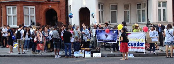 Assange supporters line the streets to say Happy birthday, Photo by Diana Coleman
