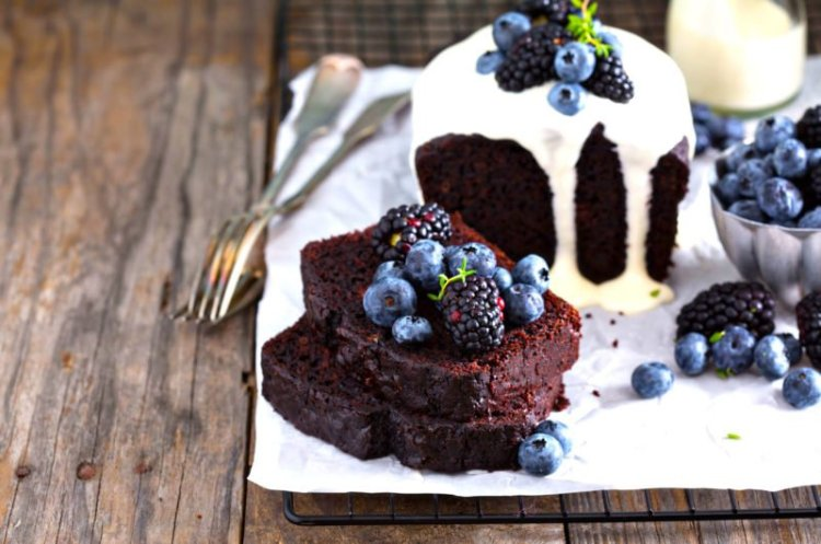 Dark berries in Keto cake – A fairytale from the black forest