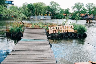 De Ceuvel terrace water - Green and vegan hotspot - Green Amsterdam - pic Daan Dijkstra