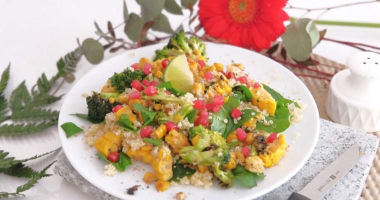 Ensalada de quinoa con granada, maíz y cacahuetes.